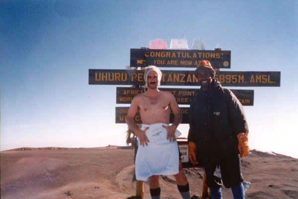 Desde ascender el Kilimanjaro (en la imagen) semidesnudo a navegar a vela sobre el hielo del Golfo de Botnia o pedalear sin repostaje desde Estaca de Bares a Tarifa...el cuerpo de Juan García Juanes ha resistido esfuerzos y situaciones impensables en un ser humano