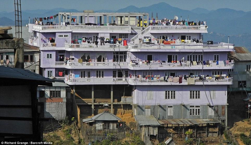 Usted trata este lugar como un hotel: Con 100 habitaciones de la mansión Ziona es la mayor estructura de hormigón en el pueblo montañoso de Baktawng